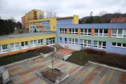 školní křídlo učeben a vchod do školy