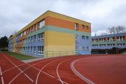 pohled na školu z hřiště